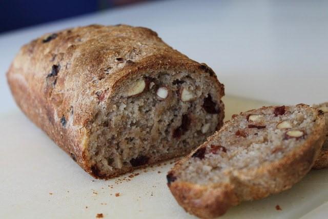 Koldhævet brød med mandler og tranebær
