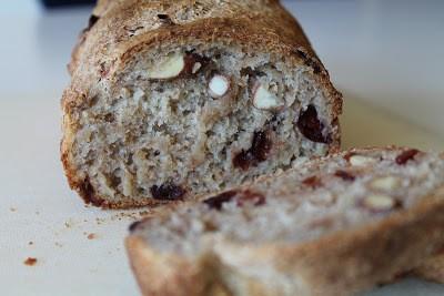 Koldhævet brød med mandler og tranebær 1