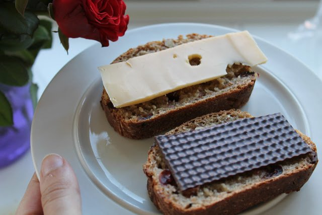 Koldhævet brød med mandler og tranebær 3
