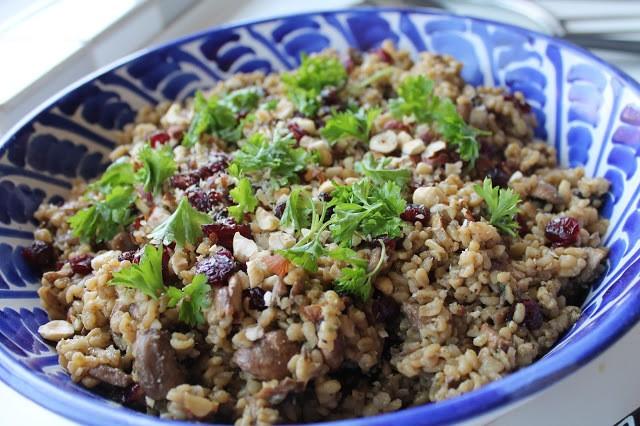 svampebygotto med persille, tørrede tranebær og ristede hasselnødder