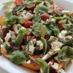 Tomatsalat med nektariner, feta og pesto