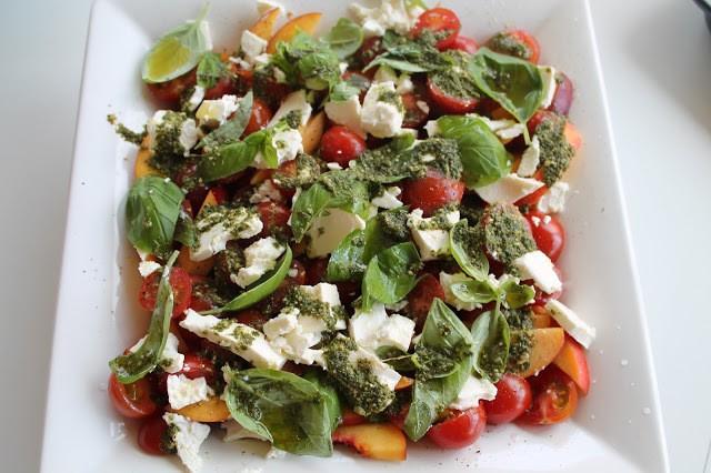 Tomatsalat med nektariner, feta og pesto 1