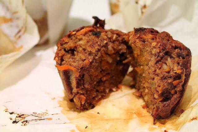 Sunde, krydrede gulerodsmuffins med nødder og rosiner