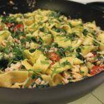 Frisk pasta med laks, spinat og langtidsbagte tomater