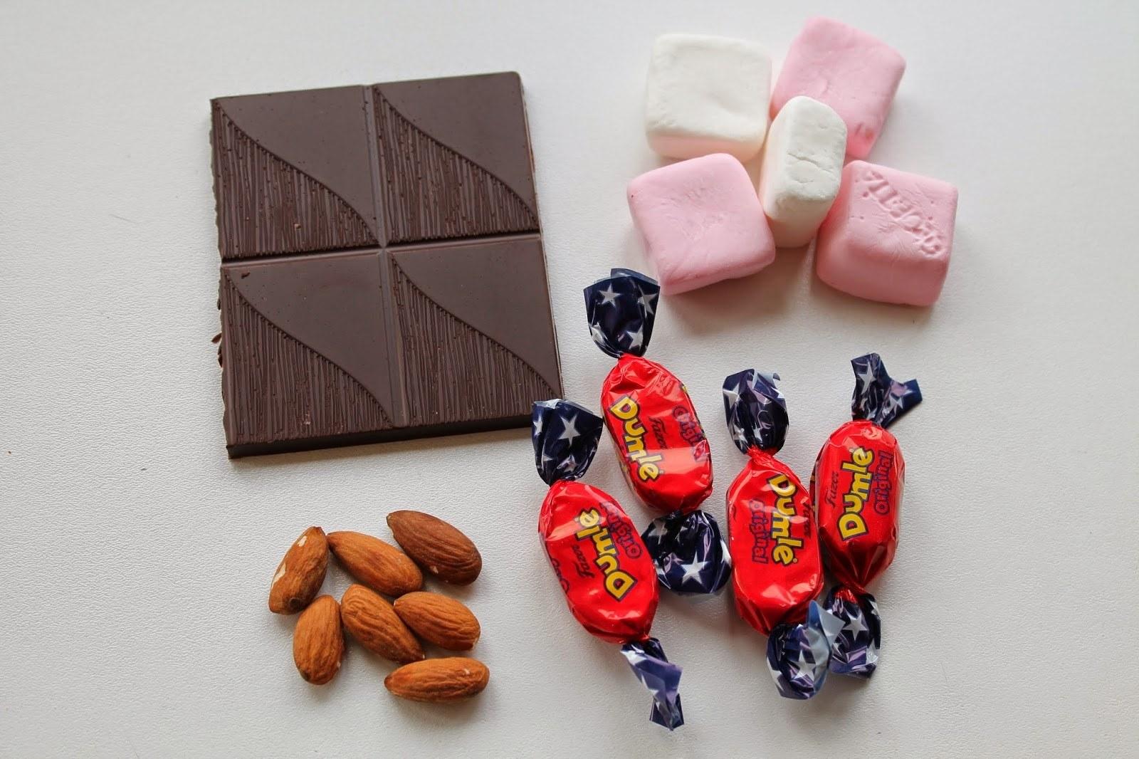 Rocky road med skumfiduser, karameller og mandler 1