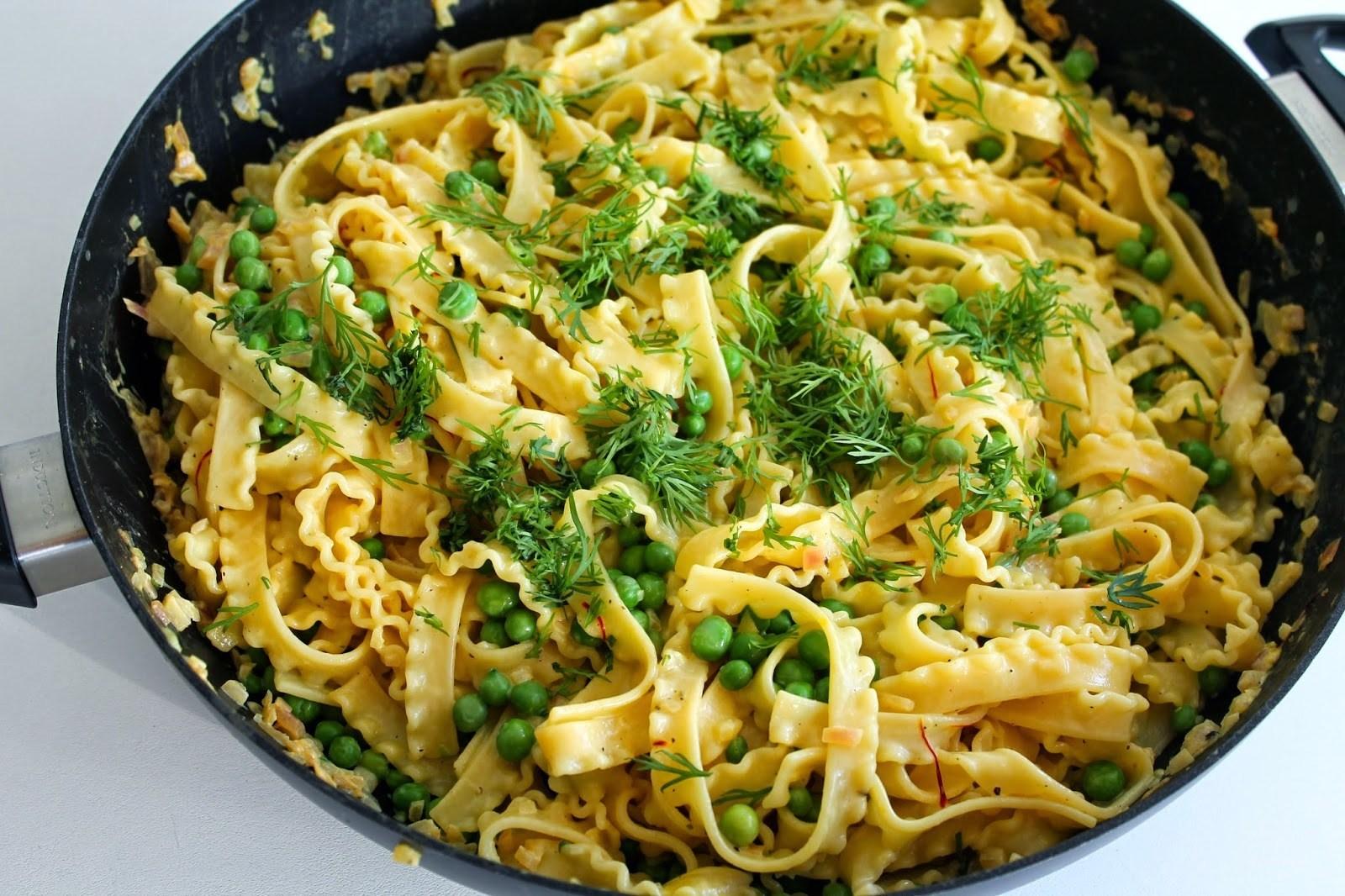 Cremet pasta med safran og friske ærter