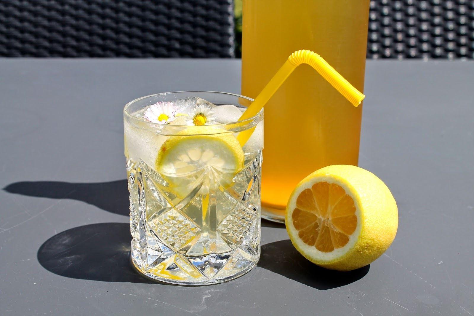 Hjemmelavet hyldeblomstsaft med citron og appelsin