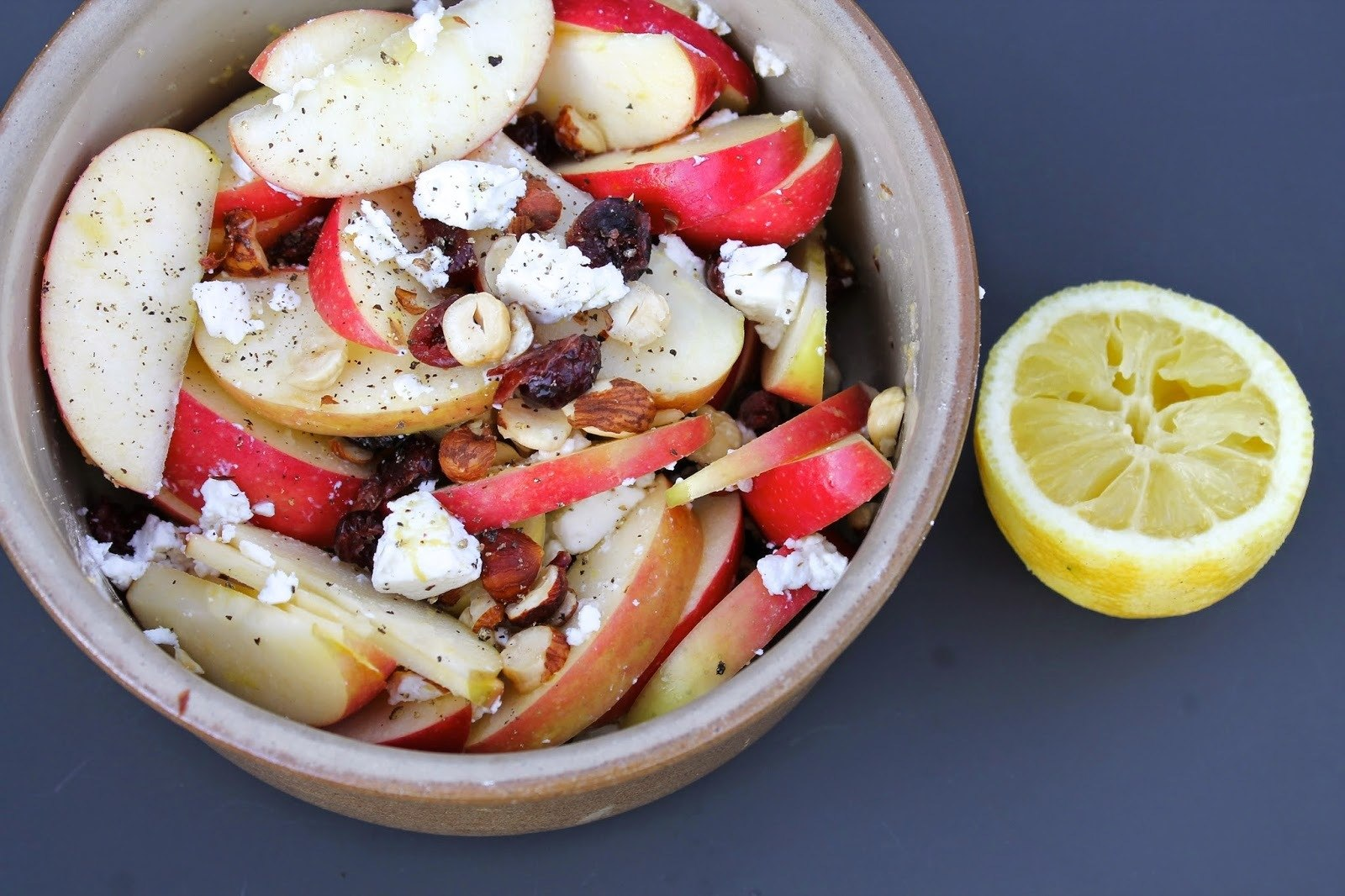 Æblesalat med feta, hasselnødder og citron