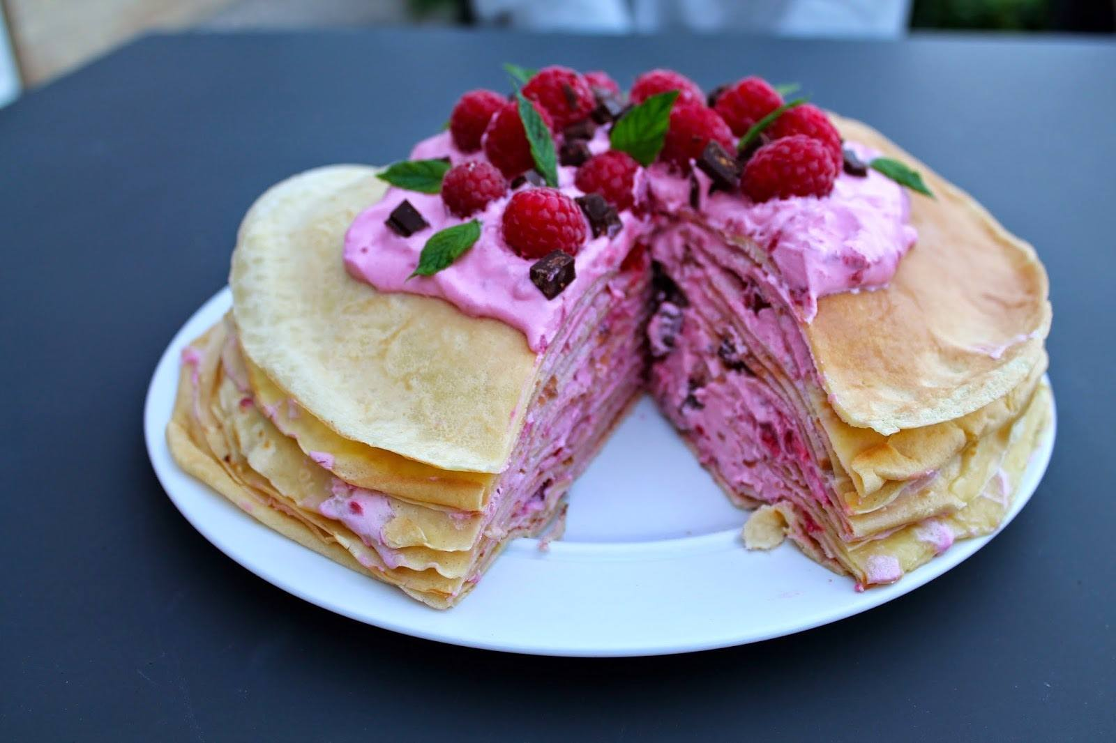 Pandekagelagkage med hindbær, vanilje og mørk chokolade