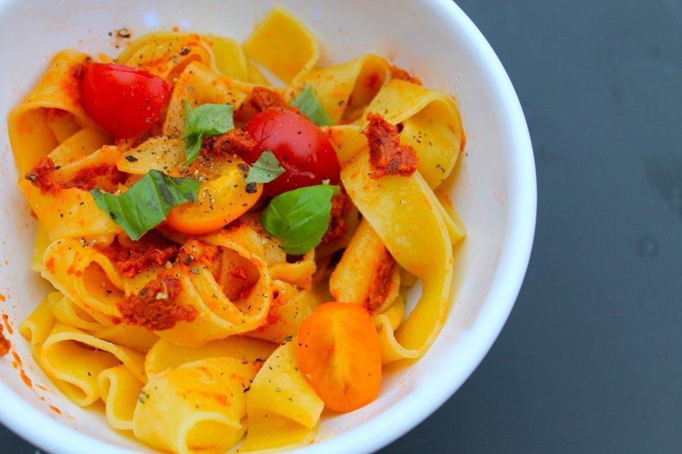 Frisk pasta med soltørret tomatpesto