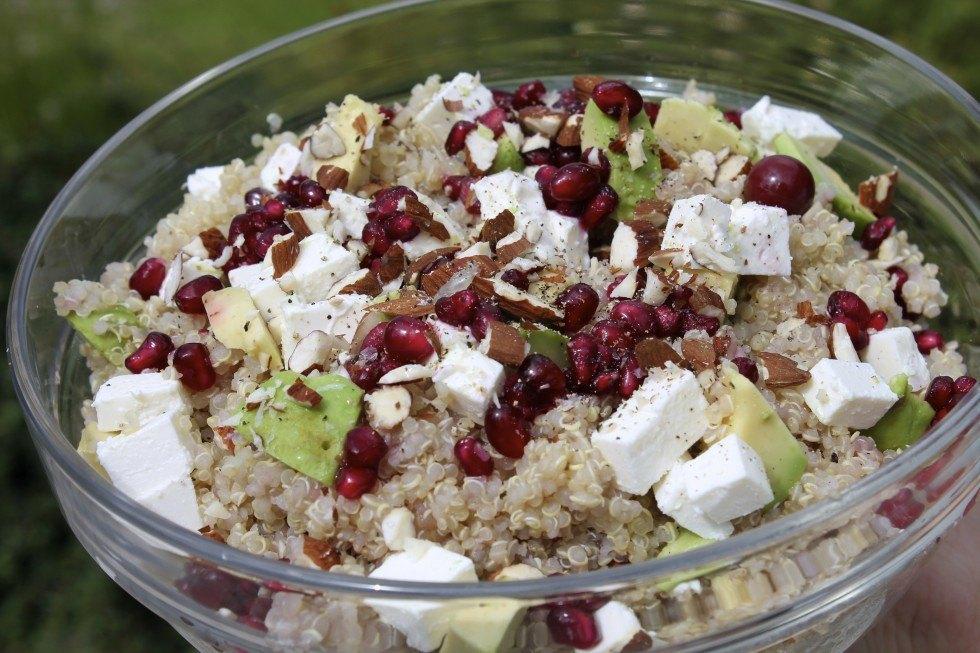Quinoasalat med feta, granatæble, avocado og mandler