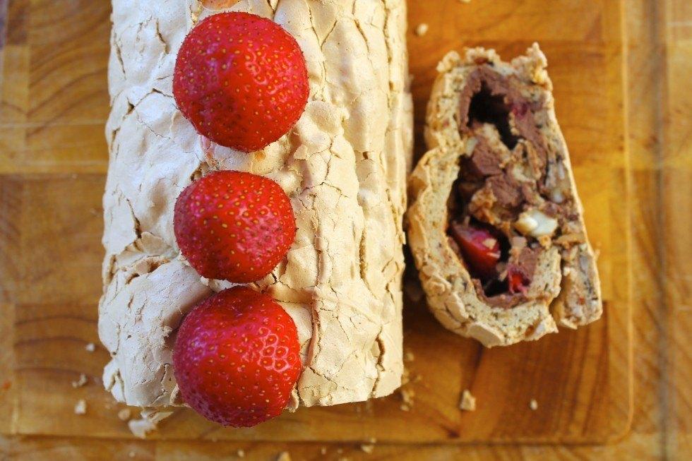 Marengs roulade med lakrids, chokoladeganache og jordbær