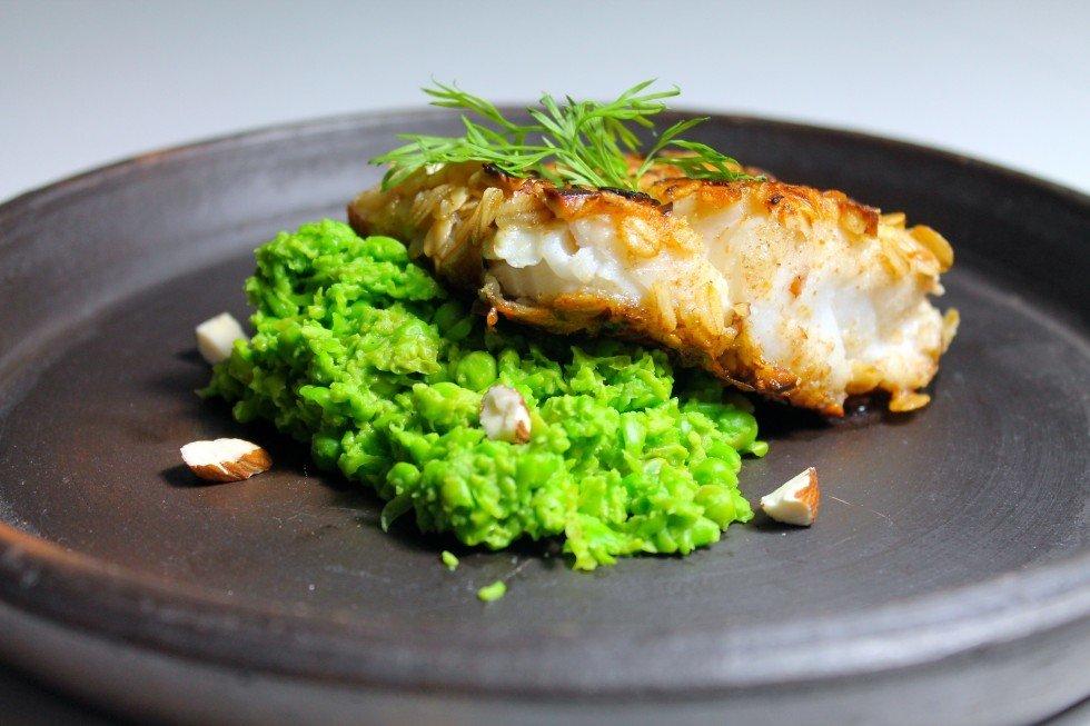 Havregryn og mandel-paneret torsk med ærtepuré