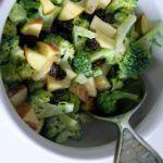 Sund broccolisalat med æbler og rosiner