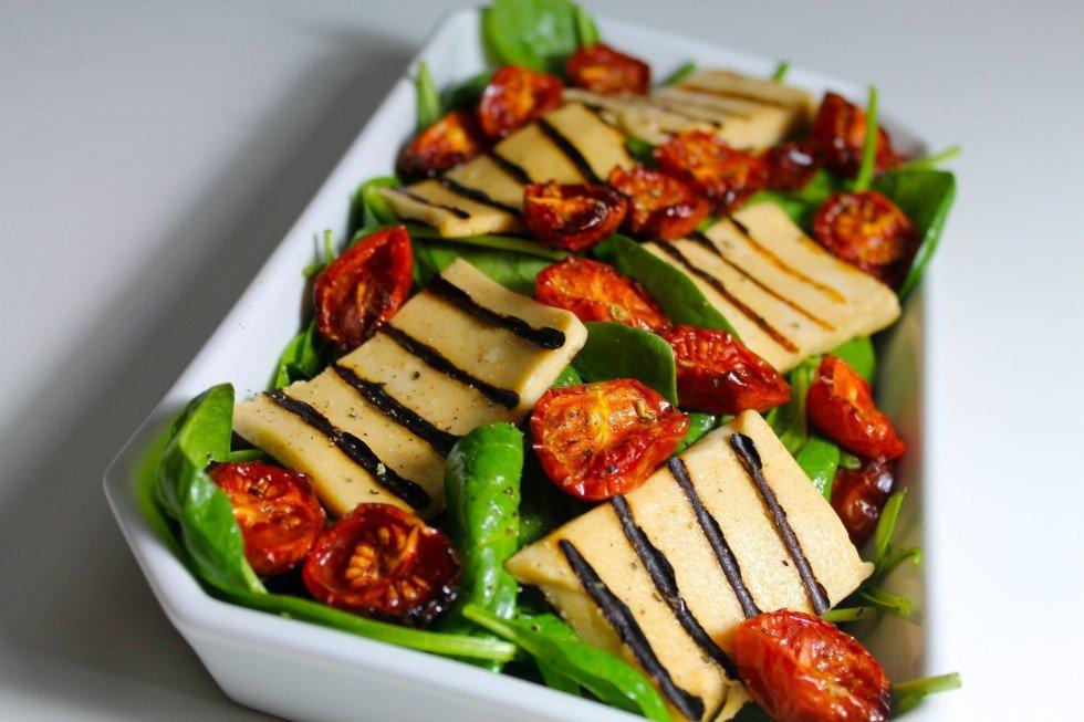 Salat med grillost og langtidsbagte tomater