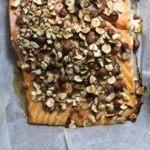 Honningbagt laks med nødder