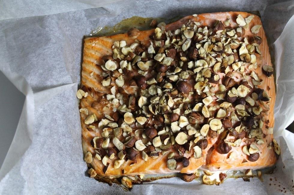 Honningbagt laks med sprøde nødder