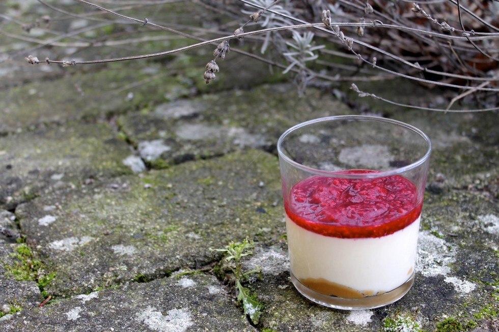 Panna cotta med hindbær og karamel