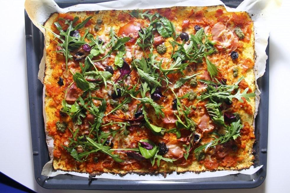 Blomkålspizza med serrano, pesto og oliven