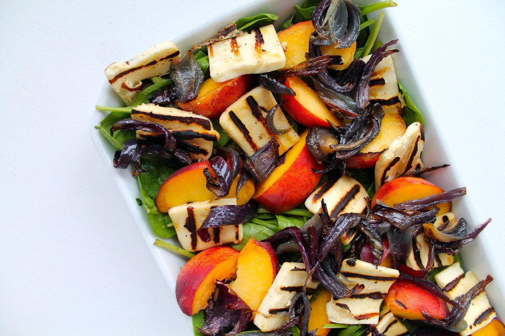 Spinatsalat med grillost, nektariner og karamelliserede rødløg