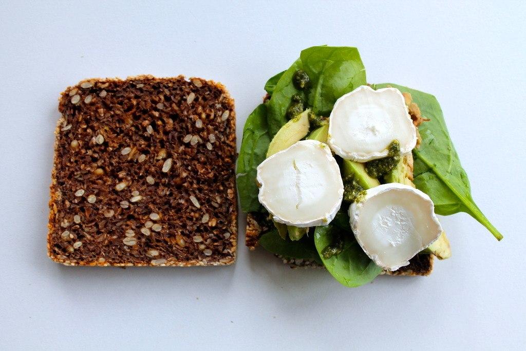 Ristet rugbrødssandwich med avocado, spinat, pesto og gedeost photo IMG_5468_zpsspzlmx8z.jpg