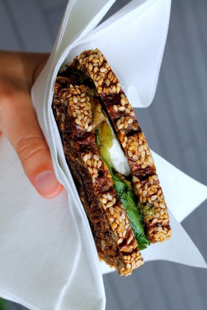 Ristet rugbrødssandwich med avocado, pesto og gedeost