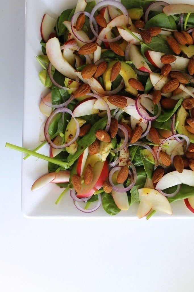 Spinatsalat med avocado, nektariner og krydrede mandler