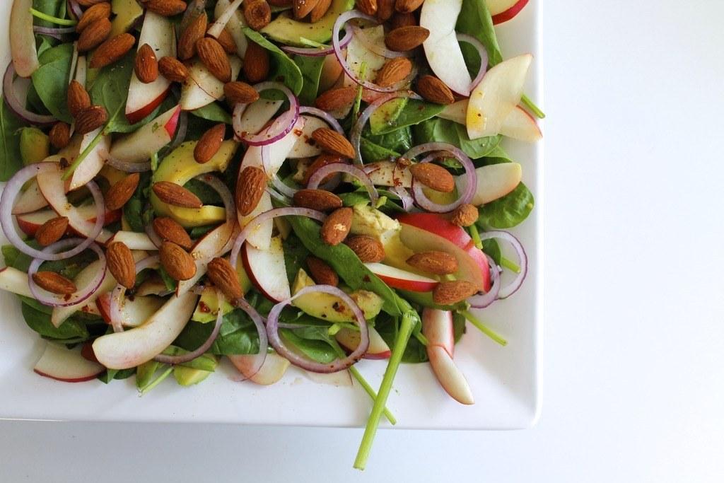 Spinatsalat med nektariner, avocado og krydderristede mandler photo IMG_5551_zpsp4pmnjur.jpg