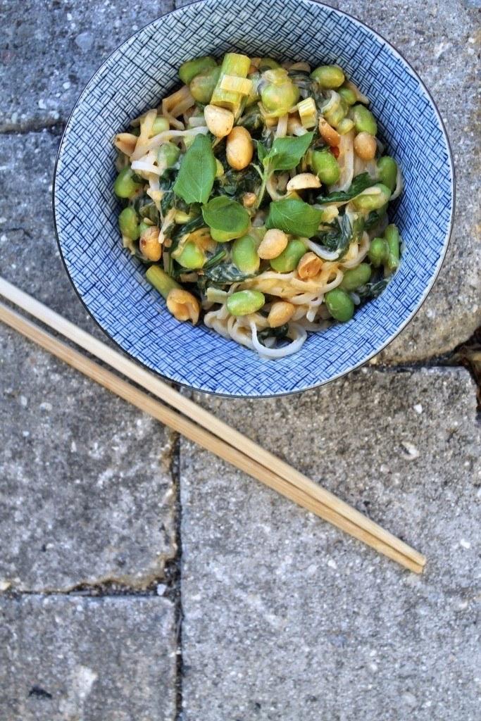 Nudler med grøntsager og peanutbuttersauce