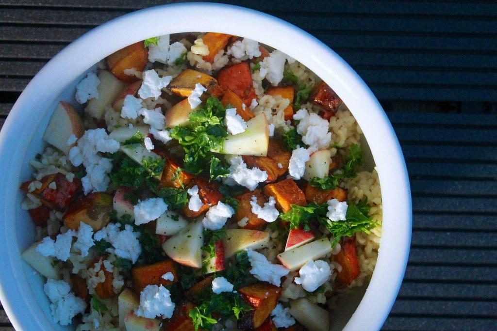 Bulgursalat med hokkaido, æbler og feta