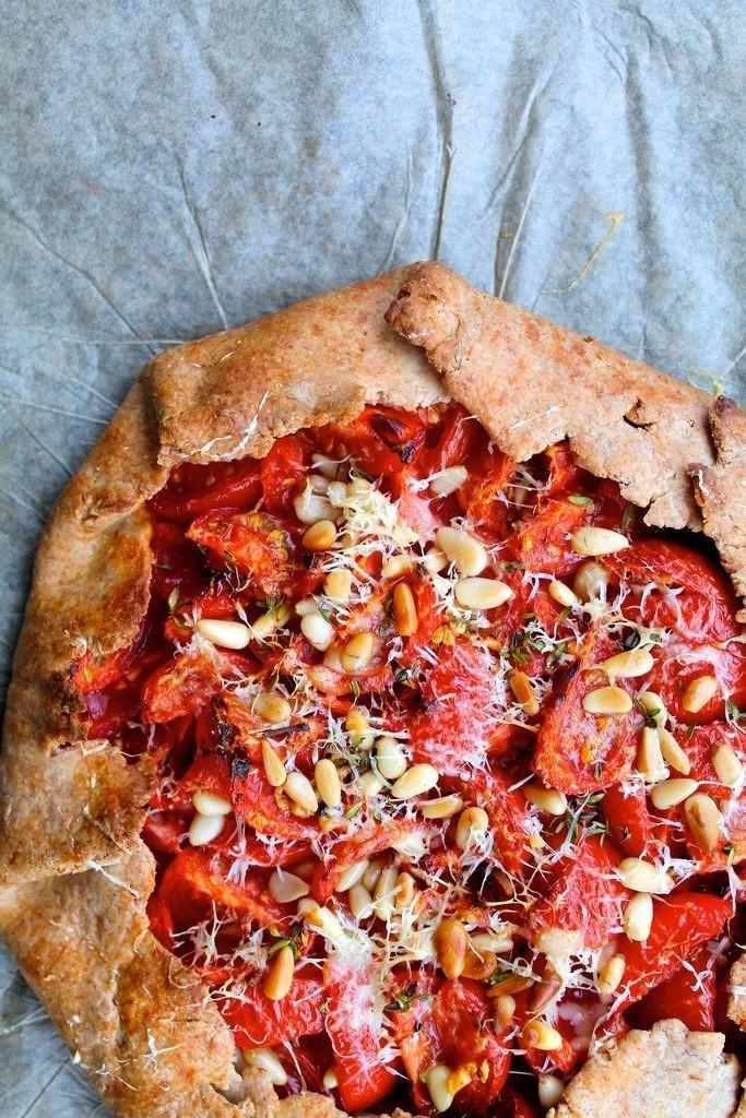 Tomatgalette med timian, vesterhavsost og pinjekerner