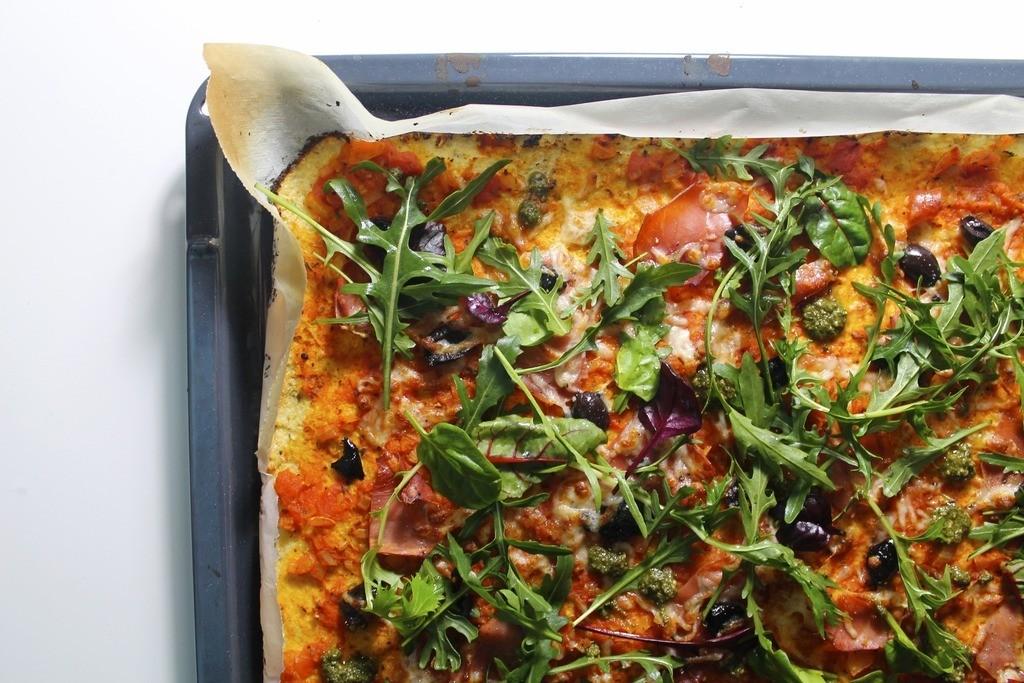 Blomkålspizza med sprød serrano, pesto og oliven photo IMG_4699_zpsdflwkpoa.jpg