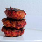 Kyllingefrikadeller med hytteost og rødbede