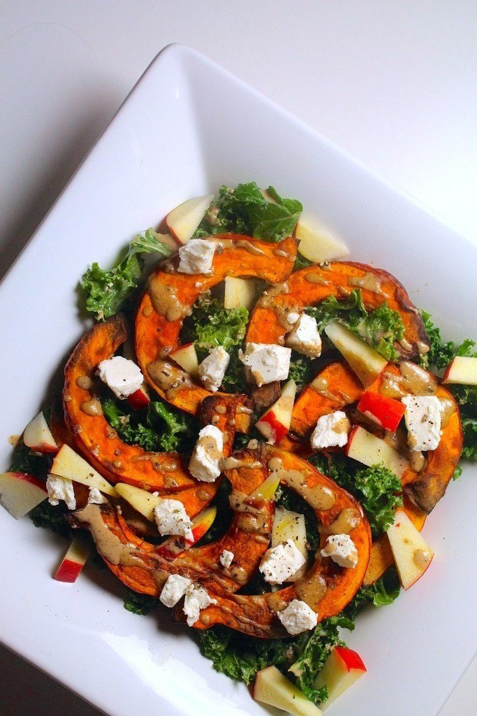 Grønkålssalat med græskar, feta og tahindressing