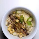 Fuldkornsrisengrød med pærer, lakridssukker og hasselnødder