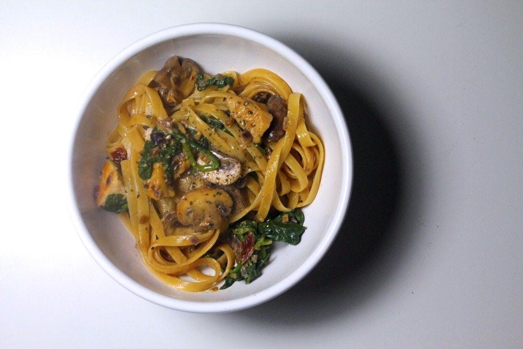 Cremet pasta med kylling, svampe og soltørrede tomater photo IMG_6785_zpszir1px4i.jpg