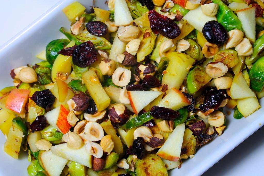 Lynstegte rosenkål med æbler, tranebær og ristede hasselnødder
