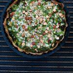 Grønkålstærte med hytteost og nødder på kartoffelbund