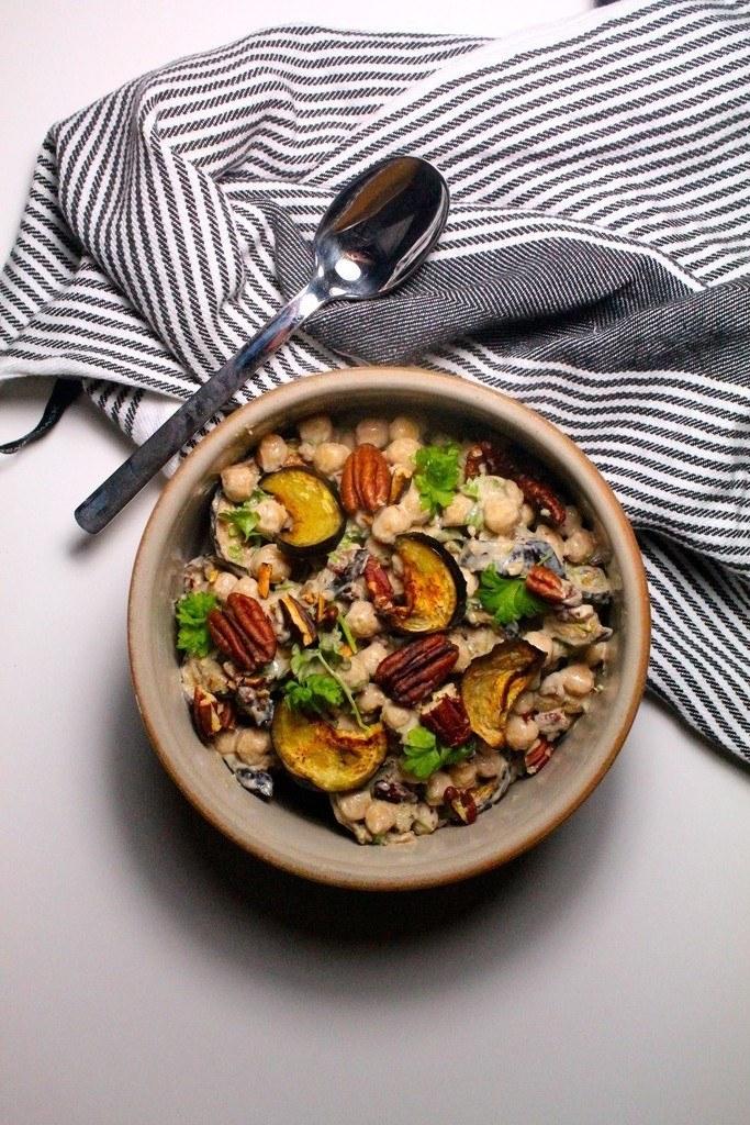 Marokkansk kikærtesalat med aubergine, nødder og tahindressing