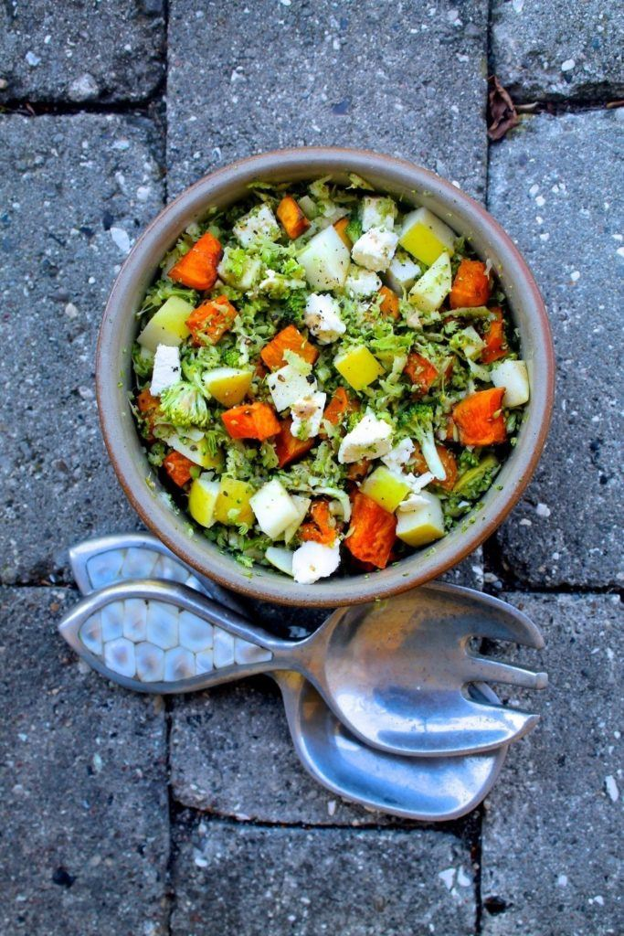 Broccoli couscous med søde kartofler, feta og tahindressing