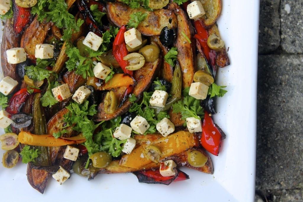 Græsk kartoffelsalat med peberfrugt, feta og oliven