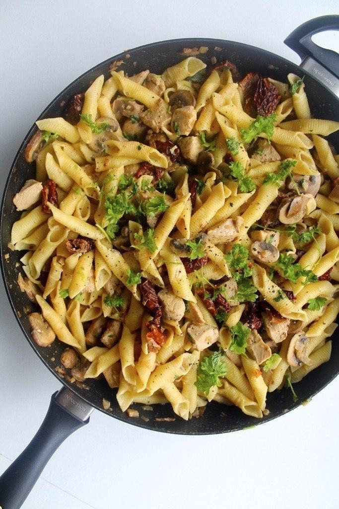 Cremet pasta med kylling, svampe og soltørrede tomater