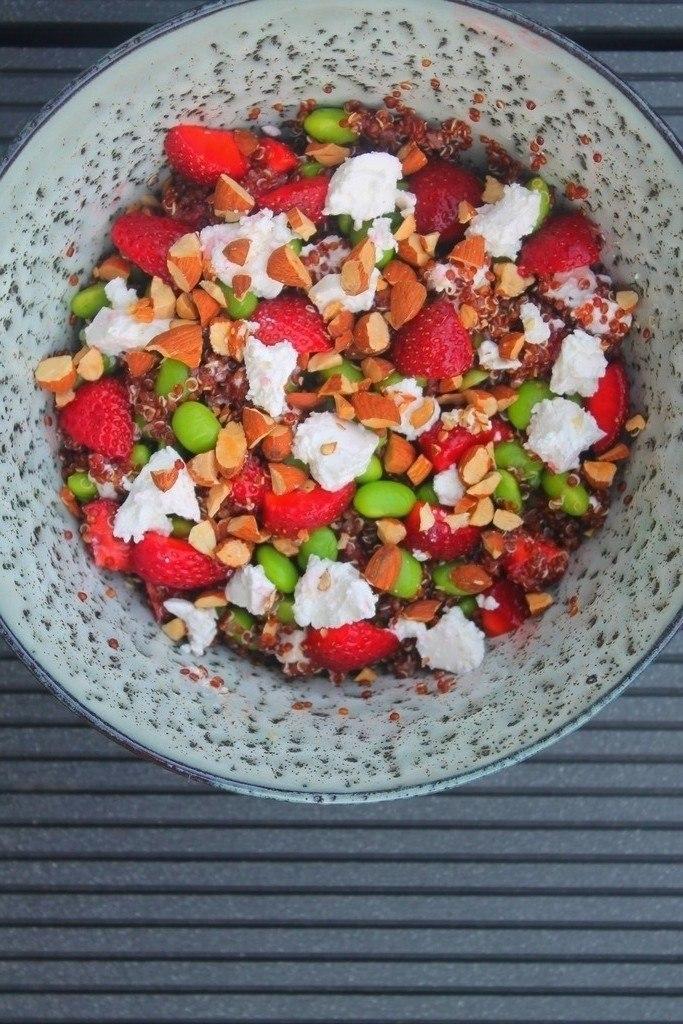 Quinoasalat med jordbær, feta og ristede mandler