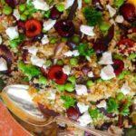 Bulgursalat med ærter, kirsebær, karamelliserede løg og feta