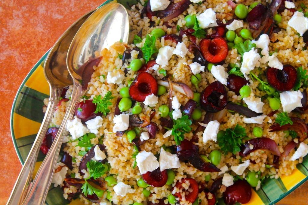 Bulgursalat med ærter, kirsebær, karamelliserede rødløg og feta photo IMG_0346_zps5bzwiucn.jpg