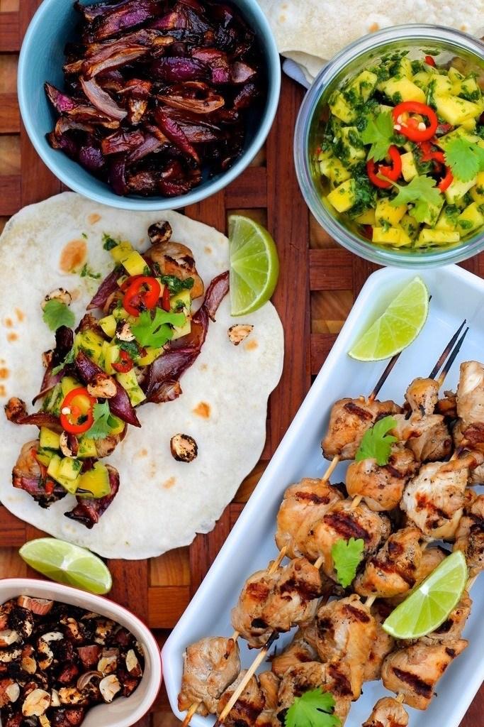 Tacos med kylling, karamelliserede løg og mango-chimichurri