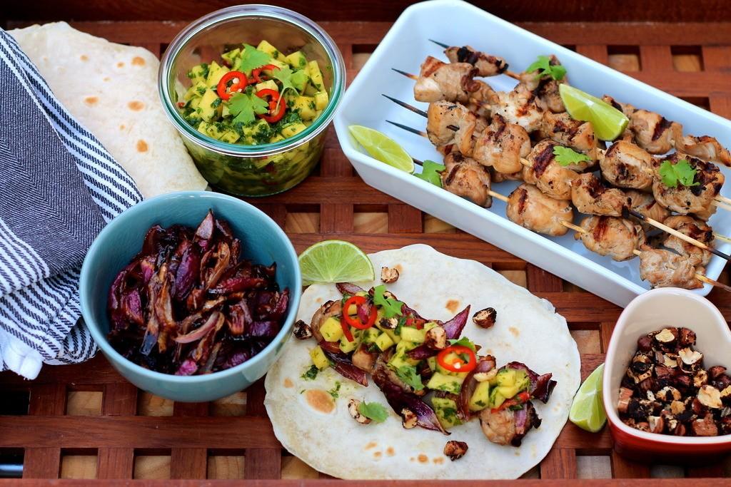 Tacos med kaffemarineret kylling, karamelliserede rødløg, mango-chimichurri og kafferistede hasselnødder photo IMG_0748_zpsm63dyhy7.jpg