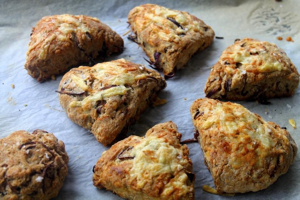 Grove scones med cheddar, timian og karamelliserede rødløg photo IMG_0060_zpswx09dcel.jpg