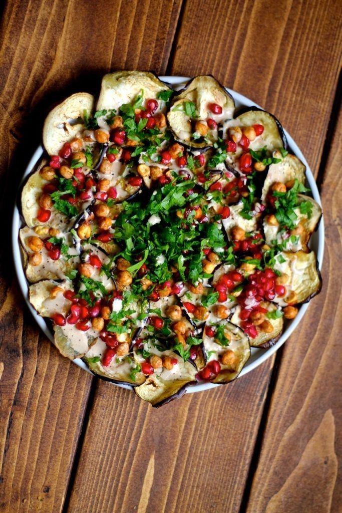 Mellemøstlig auberginesalat med ristede kikærter og tahindressing