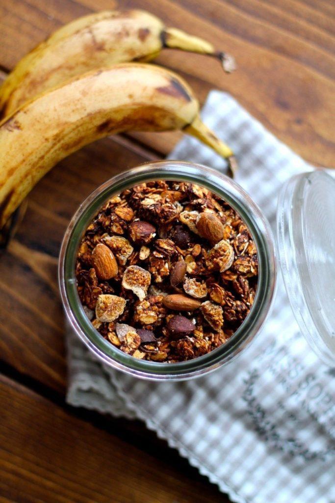 Chokolade granola med banan og figner